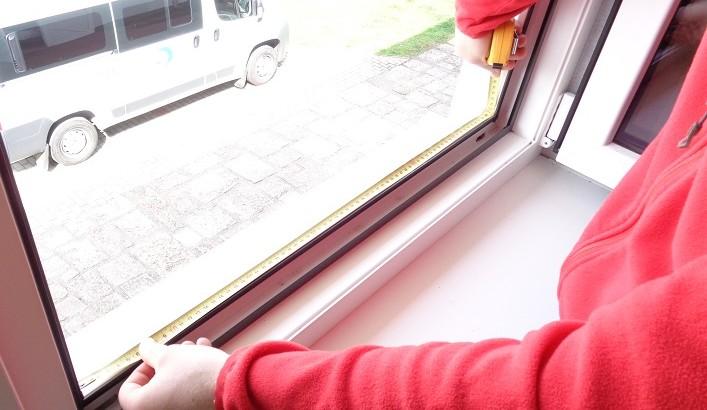 Zameranie šírky okennej pevnej sieťky.