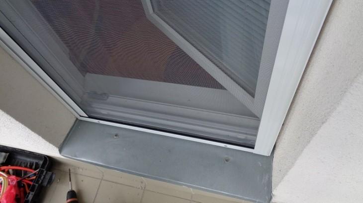 Montáž rolovacej sieťky na balkónové dvere v Hliníku nad Hronom.